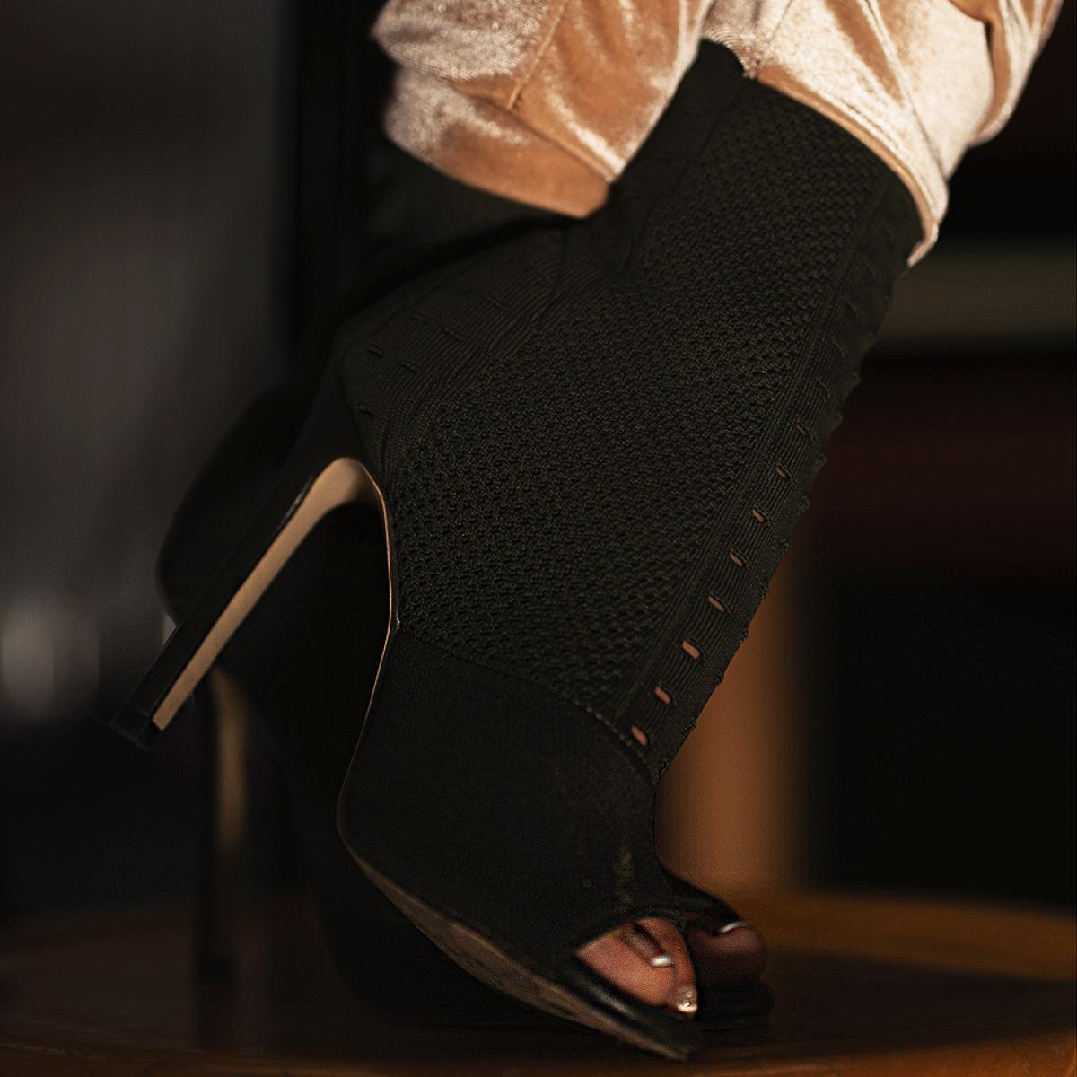 Tamara-Kramer-Sock-in-boots02-1.png