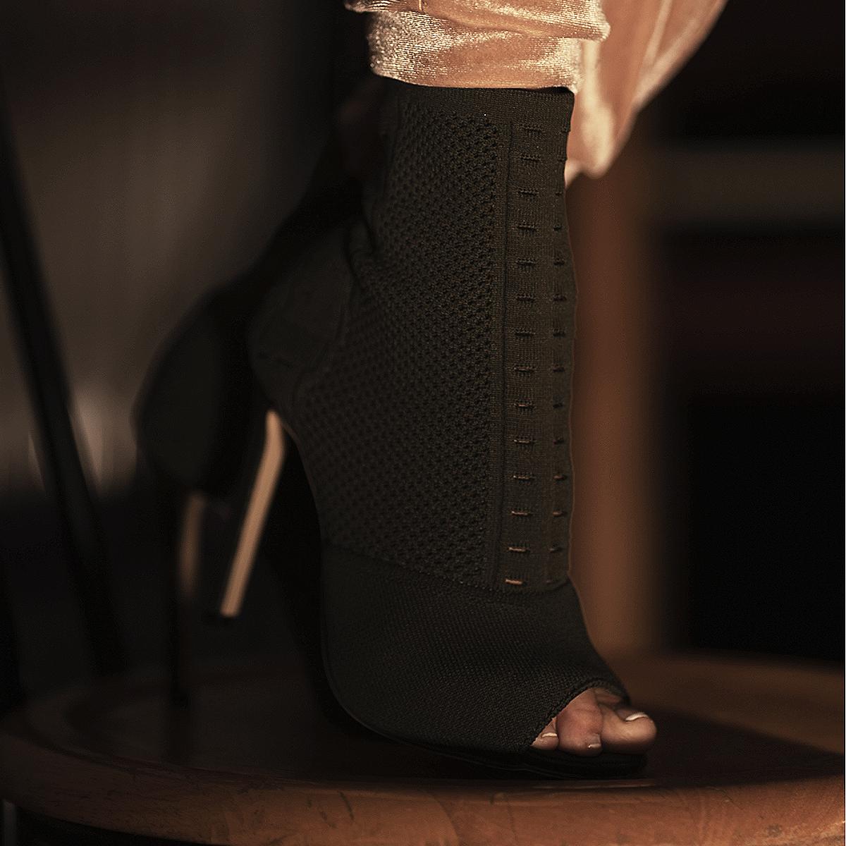 Tamara-Kramer-Sock-in-boots03-1.png